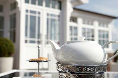 Die sonnige Terrasse lädt zu einem typischen Ostfriesen-Tee ein