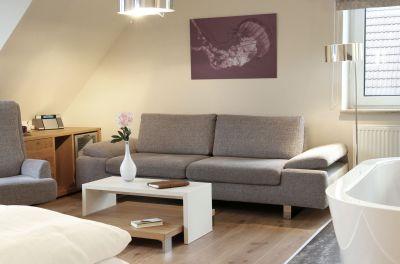 Unsere Zimmer sind allesamt geschmackvoll eingerichtet und modern ausgestattet: Flat-Screen-TV, W-Lan, Telefon, Minibar und Teestation