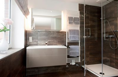 Im modernen Bad steht Ihnen zusätzlich natürlich eine Dusche zur Verfügung
