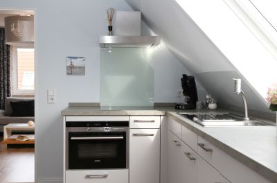 Die separate Küche unseres Lofts, ausgestattet mit Spülmaschine, Mikrowelle, Backofen und Kühlschrank