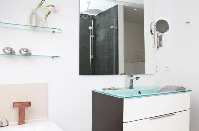 """Im großen Bad finden Sie einen Design-Glaswaschtisch und eine Badewanne mit """"Blick in den Sternenhimmel"""""""