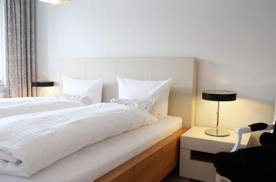 Das große, gemütliche Bett der Suite lädt zum Kuscheln und Träumen ein