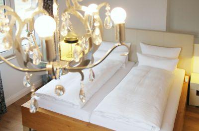 Erholsame Nachtruhe im Apartment: Das stilvolle Schlafzimmer Nr.1 mit Doppelbett ...