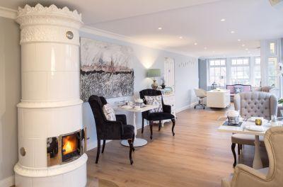 Modern, hochwertig und sehr gemütlich gestaltet ist unsere Lobby mit dem wunderschönen Kamin