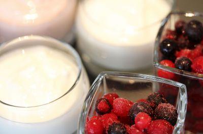 Joghurt und frisches Obst für ein ausgewogenes Frühstück