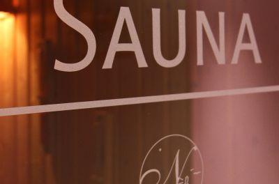 ... und einer Bio-Sauna, die mit etwa 55° C und höherer Luftfeuchtigkeit ...