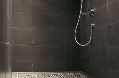 Für die nötige Abkühlung nach dem Saunagang sorgt unsere großzügige Duschanlage